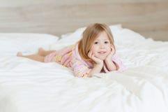 Manhã feliz uma menina Fotos de Stock
