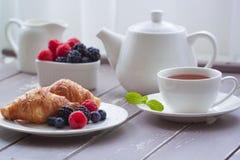 Manhã fresca das bagas do croissant europeu do leite do café do chá do café da manhã fotos de stock royalty free