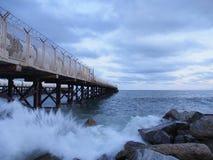 Manhã fria pelo mar, onda Fotos de Stock