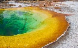 Manhã Glory Pool no parque nacional de Yellowstone imagens de stock royalty free