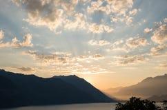 Manhã idílico no thunersee do lago em switzerland imagens de stock