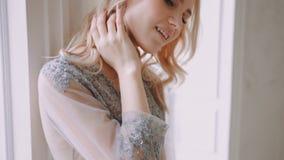 Manhã loura bonita da noiva da fotografia do boudoir video estoque