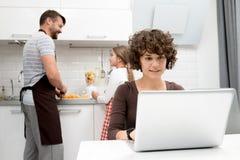 Manhã loving da despesa da família na cozinha imagens de stock royalty free