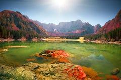 Manhã magnífica do lago Fusine imagens de stock royalty free