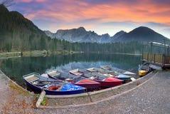 Manhã magnífica do lago Fusine fotos de stock royalty free