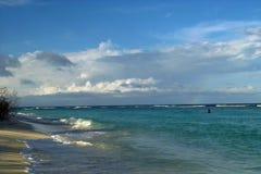 Manhã na costa selvagem, arco-íris fotos de stock