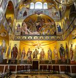 Manhã na igreja iluminada ouro Toda a galeria de Saint Fotos de Stock