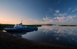 Manhã na obscuridade - lago azul Foto de Stock Royalty Free