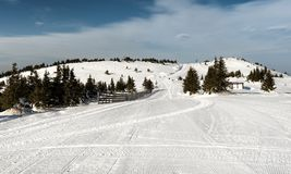 Manhã na pista no inverno, montanha Kopaonik do esqui, Sérvia foto de stock