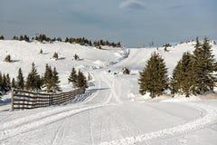 Manhã na pista no inverno, montanha Kopaonik do esqui, Sérvia fotografia de stock