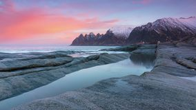 Manhã na praia rochoso de Noruega Lapso de tempo video estoque