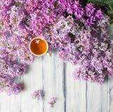 Manhã na tabela com o copo do chá e das flores Imagens de Stock Royalty Free