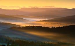 Manhã nas montanhas imagem de stock
