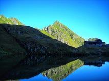 manhã nas montanhas Carpathian, a laca de Balea da área, Romênia fotografia de stock