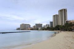 Manhã nebulosa da praia de Waikiki imagem de stock