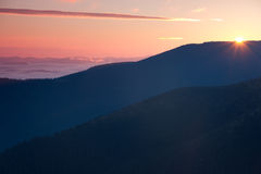 Manhã nevoenta bonita nas montanhas Fotos de Stock Royalty Free
