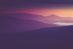 Manhã nevoenta bonita nas montanhas Imagem de Stock