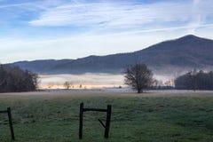 Manhã nevoenta da angra dos cades no grande parque nacional de montanhas fumarentos fotografia de stock royalty free