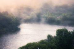 Manhã nevoenta do rio foto de stock