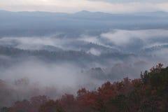 Manhã nevoenta em montanhas fumarentos Fotografia de Stock Royalty Free