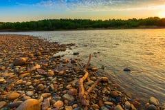 Manhã no banco de rio rochoso Imagens de Stock