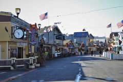 Manhã no cais velho do ` s do pescador em Monterey Califórnia imagem de stock royalty free
