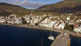 Manhã no porto vazio grego, metano Tiro video aéreo Um cais vazio No fundo é a paisagem de vídeos de arquivo