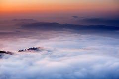 A manhã nubla-se abaixo do ponto de opinião de Sarangkot perto de Pokhara em Nepal imagem de stock royalty free