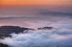 A manhã nubla-se abaixo do ponto de opinião de Sarangkot perto de Pokhara em Nepal imagens de stock