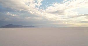 A manhã nubla-se o formulário sobre as montanhas em planos de sal de Bonneville filme