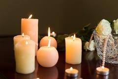 Manhã nupcial: velas ardentes com poucas rosas frescas imagens de stock
