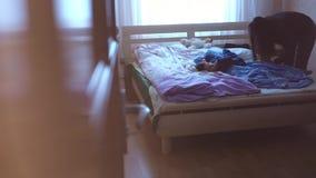 Manhã que desperta acima a criança Ajuda da mamã para vestir seu filho pequeno video estoque