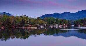 Manhã roxa na atração do lago fotos de stock royalty free