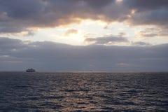 Manhã sobre o oceano E Fotografia de Stock
