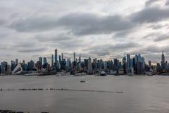 Manhã Sun da skyline de New York City e cruzamento de balsa fotos de stock