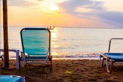 A manhã Sun sobre o mar, alvorecer, cadeiras de plataforma é colocada ao lado do c foto de stock royalty free