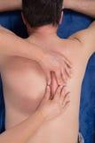 Manhälerimassage i ett medicinskt kontor arkivfoton