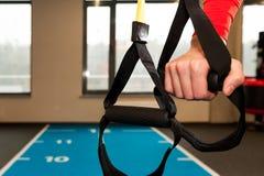 Manhänder med konditionremmar i idrottshall Royaltyfri Fotografi