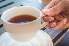 Manhänder med koppen kaffe. Arkivbilder