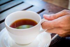 Manhänder med koppen kaffe. Royaltyfria Foton