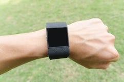 Manhänder med svart smartwatch arkivfoton