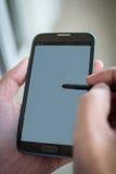 Manhänder och telefon Arkivbild