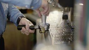 Manhänder som förbereder kaffebryggaren 4K lager videofilmer