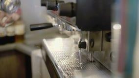 Manhänder som förbereder kaffebryggaren 4K arkivfilmer