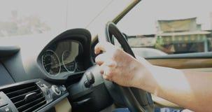 Manhänder som kör bilen på huvudvägen lager videofilmer