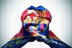 Manhänder som mönstras med flaggan av Futbolen, klubbar Barcelona arkivbild