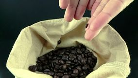 Manhänder som rymmer kaffebönor i kanfassäck och några som ner faller, skottultrarapid, jordbruk och näring lager videofilmer