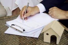 Manhänder som sätter häftet på dokumentlånöverenskommelse, avtal arkivfoton