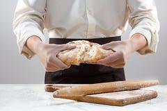 Manhänderna och de lantliga organiska släntrar av bröd Arkivbilder