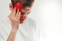 Manhållen hans ht och lidande från huvudvärk, smärtar, migrän, sa Royaltyfri Foto